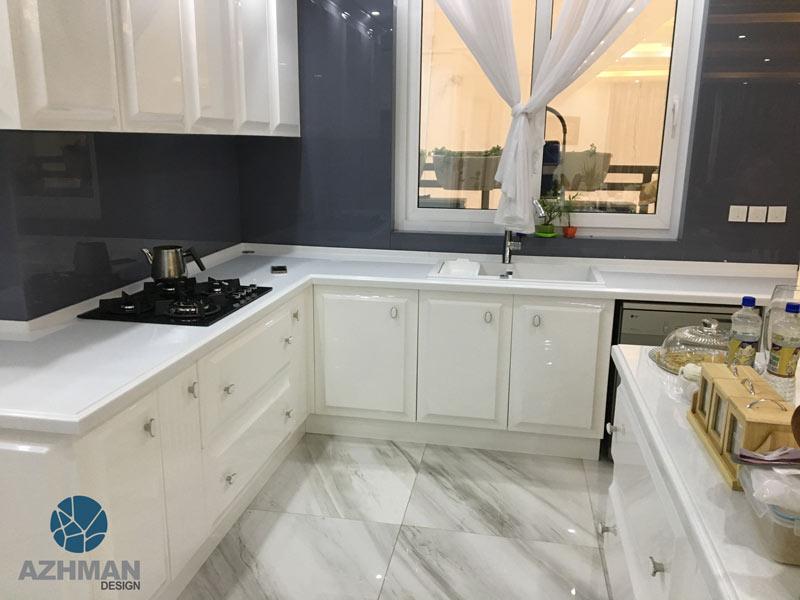 آشپزخانه سفید مدرن با سنگ کورین